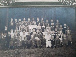 Děti a učitel, škola Čachnov kolem r. 1930